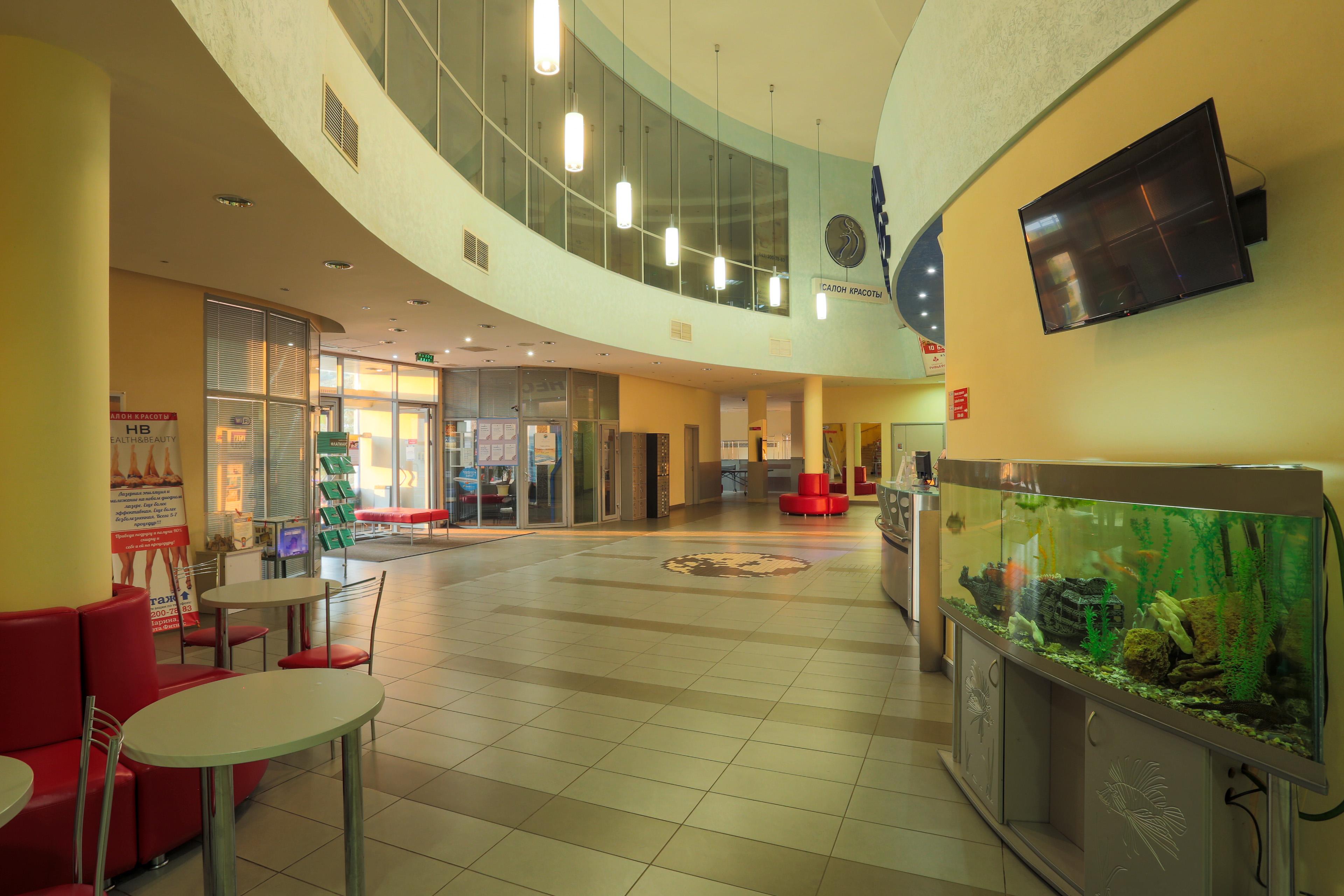 Удобное месторасположение клуба - рядом с торговым комплексом